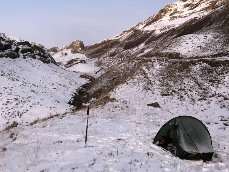 Bivouac dans la neige sur la montée au Ferdenpass