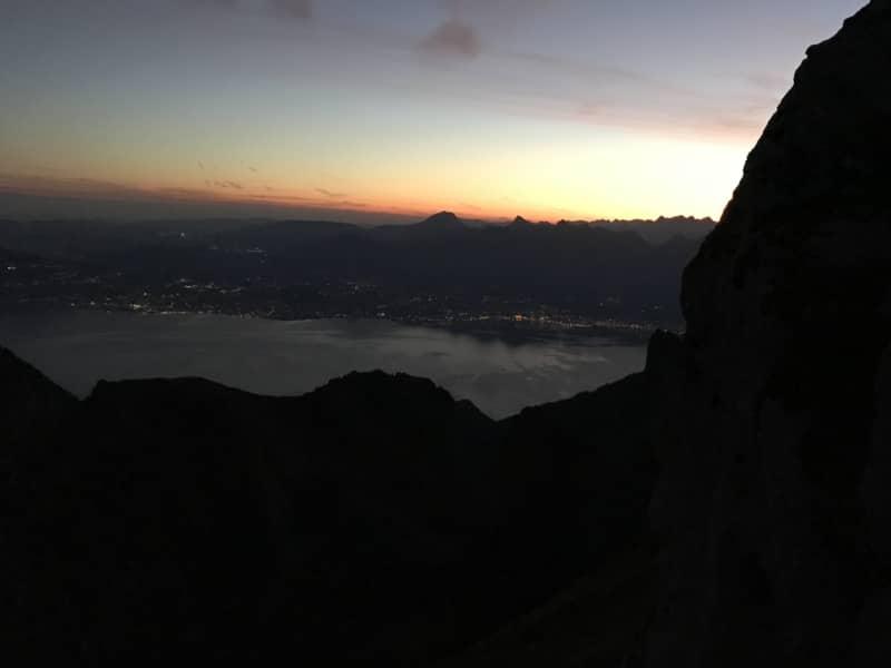 Vue nocturne sur le lac Léman et lumières des villes