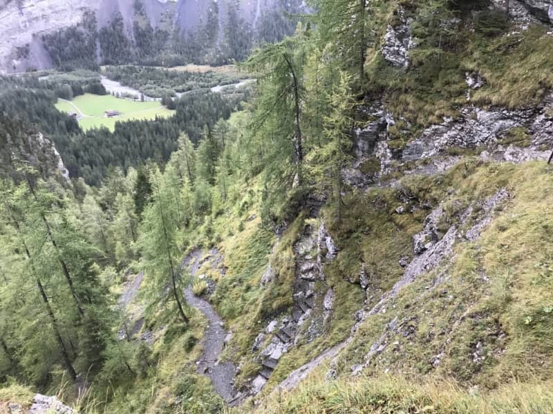 La descente vers Waldhus, entre forêt et cascades