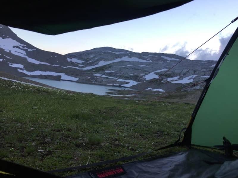 Vue depuis la tente dans la région du Sanetsch