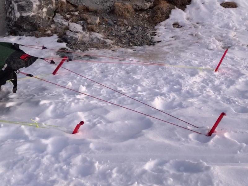 Ancrage de la tente en bivouac hivernal