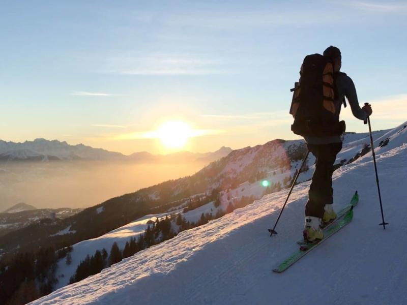 En ski de rando vers le lieu de bivouac hivernal