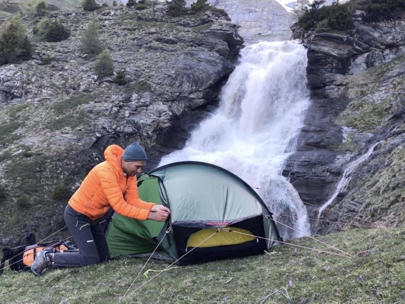 Bivouac en montagne proche d'une cascade