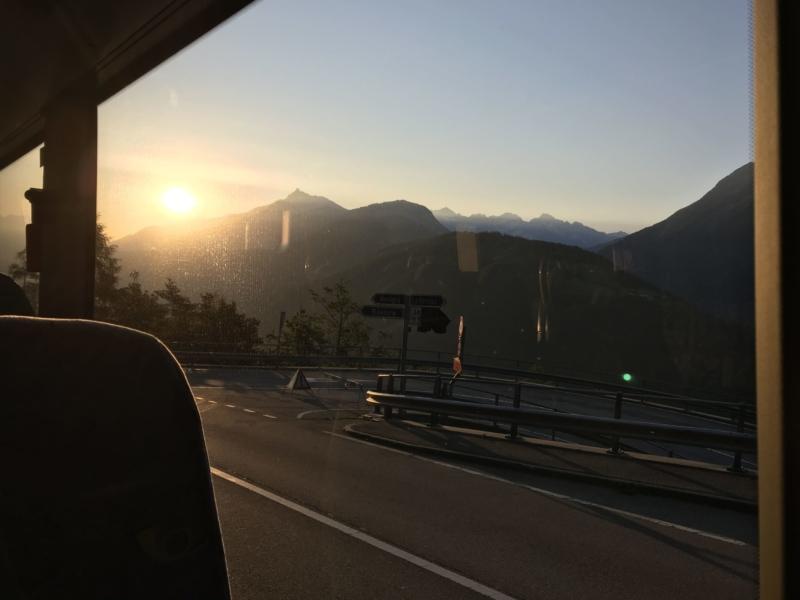 Levé de soleil dans le bus en direction du col de la Forclaz