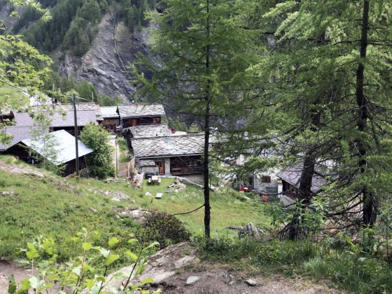 Le hameau de La Gouille vu depuis le sentier qui monte au Lac Bleu