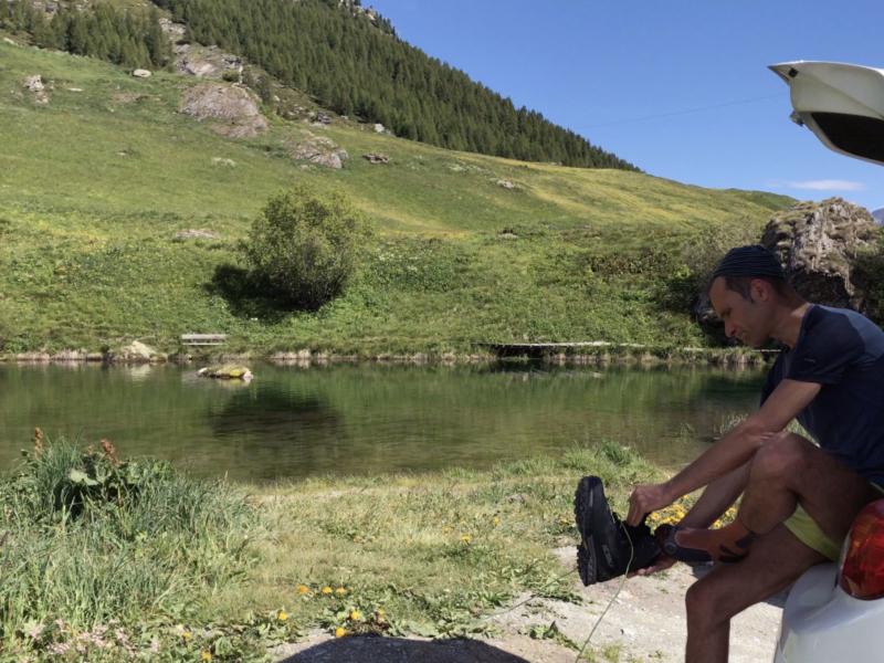 Préparation au départ de la randonnée devant le lac du hameau de La Gouille (Arolla)
