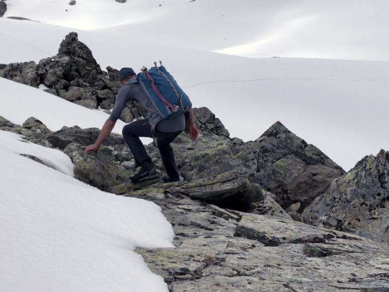 Progression dans les rochers, c'est mieux que d'enfoncer dans la neige. À l'arrière plans, des traces de quadrupède