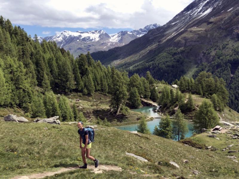 Vue sur le Lac Bleu depuis le sentier qui mène à la cabane des Aiguilles Rouges