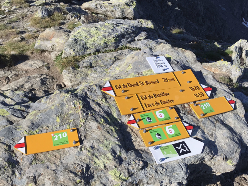 Signalisation de l'itinéraire 210, ««Les cols du Grand-St-Bernard», au Pas des Chevaux