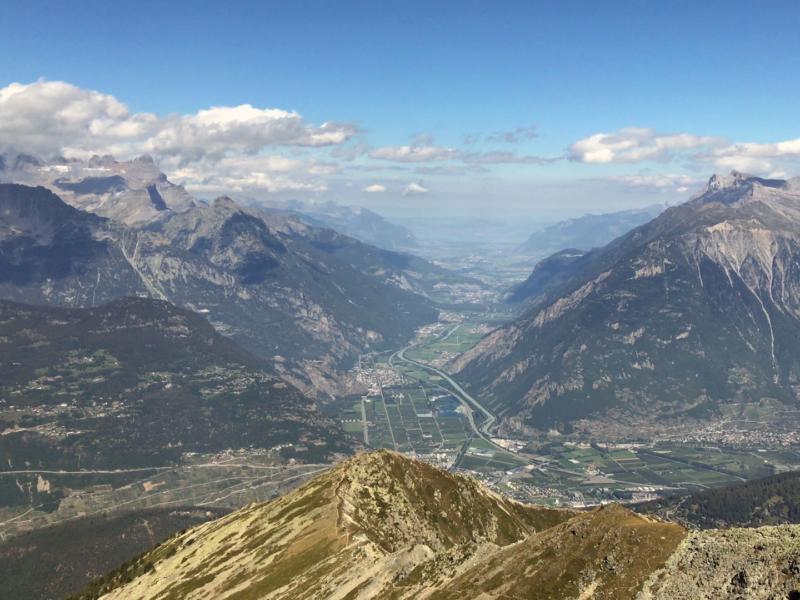 Depuis le sommet, vue sur la plaine du Rhône et le lac Léman en fond de vallée