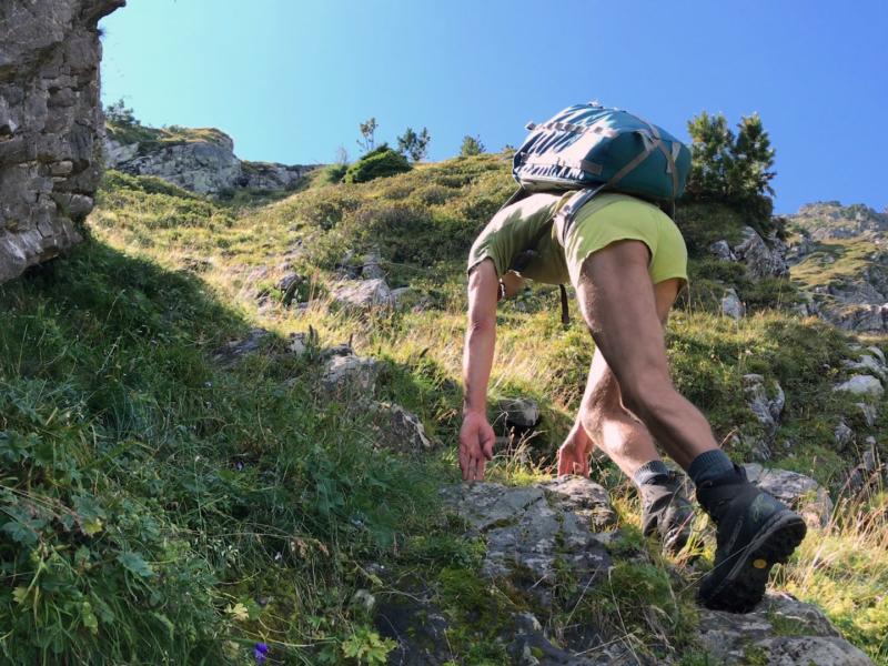 Passage escarpé sur de la roche humide