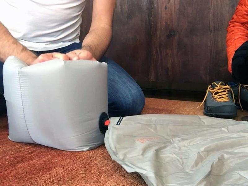 Le gonflage du matelas avec le sac pompe