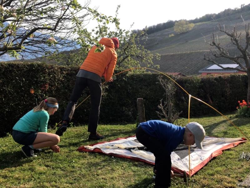 Monter la tente devient une aventure en famille