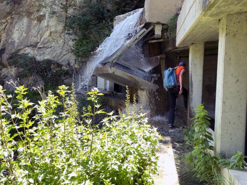 Passage délicat sous la cascade