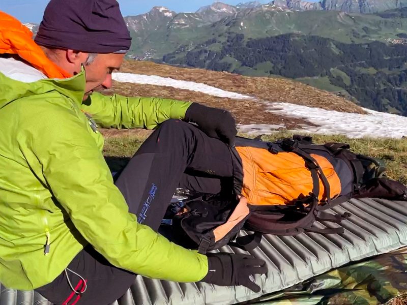 À l'intérieur de ton sac à dos, tes pieds restent bien au chaud !